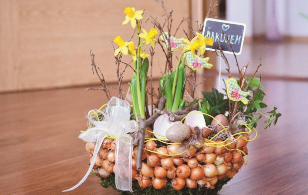 Jarný aranžmán zo živých kvetov - foto postup