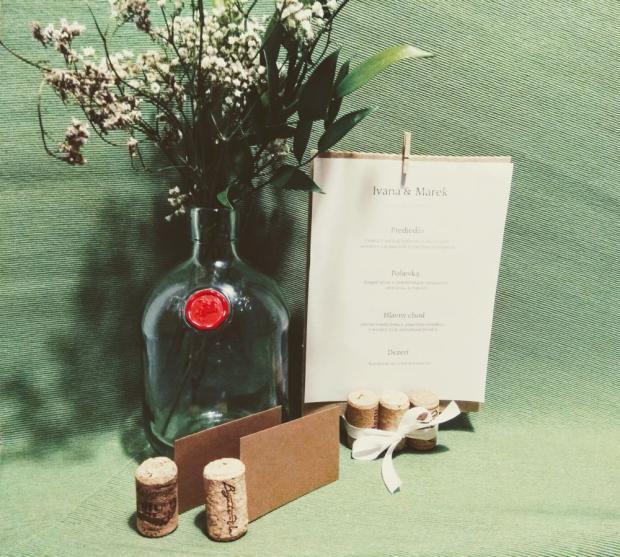 Použite korok na svadobnom stole + šablóna na svadobné menovky - foto postup