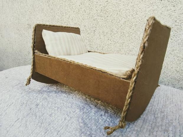 Kartónová kolíska - postieľka pre bábiku