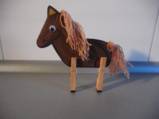 Koník z kartónu a štipcov | apple