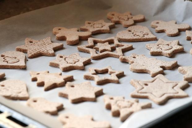 Recept s fotopostupom na vianočné dekorácie zo slaného škoricového cesta